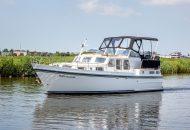 Valk Kruiser vaart in kanaal in Friesland