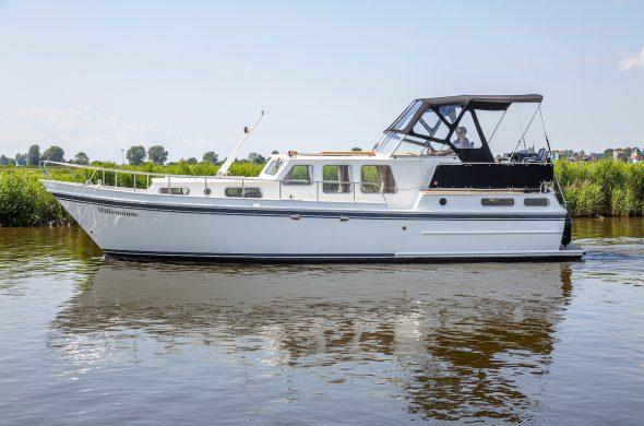 Valk Kruiser motorboot vaart in rustig kanaal in Friesland