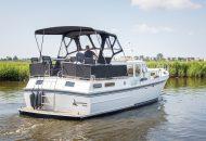 Valk Kruiser motorboot vaart in kanaal in Friesland