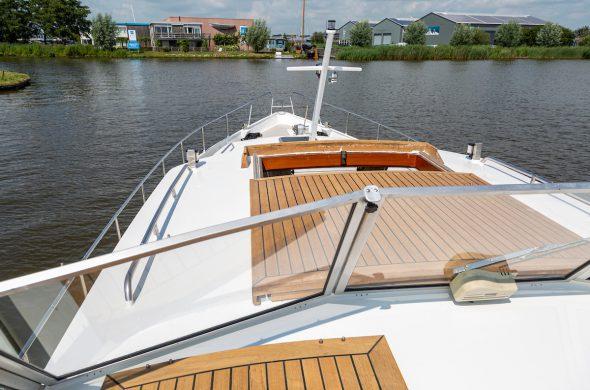 Doorkijkje vanaf valkkruiser motorboot