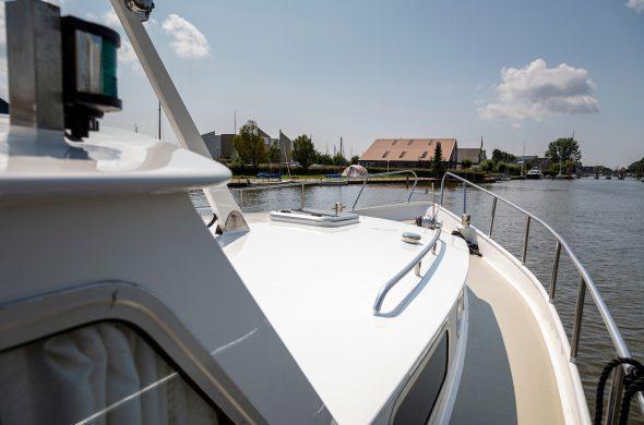Doorkijkje vanaf Valk Kruiser motorboot