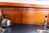 Opbergvakjes in keuken van de Valkkruiser