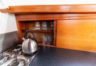 Foto van glazen en opbergruimte in keuken van de Valkkruiser