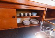 Borden en bekers in opbergruimte van de Valkkruiser