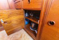 Keukenkastje met deur open in de Valkkruiser motorboot - Ottenhome Heeg