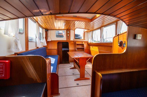 Foto van het interieur van de Valkkruiser motorboot - Ottenhome Heeg