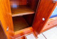 Opbergkastje met deurtjes open in de Valkkruiser - Ottenhome Heeg