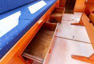 Schuiflades onder de zitbanken van de Valkkruiser - Motorboot huren - Ottenhome Heeg