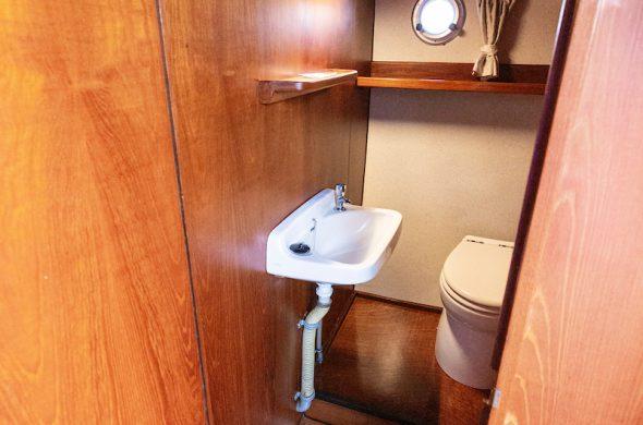 Toilet in de Valkkruiser motorboot - Ottenhome Heeg
