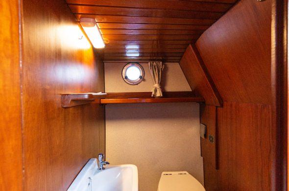 Toilet in Valkkruiser motorboot - Ottenhome Heeg