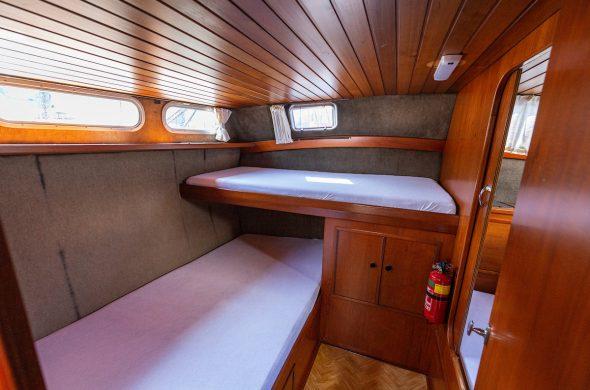 Hut met 2 bedden in Valkkruiser motorboot - Ottenhome Heeg