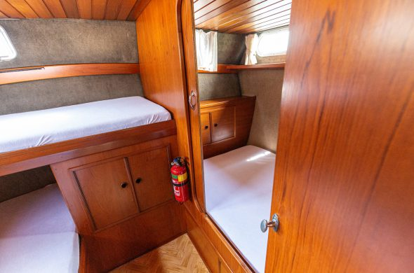 Slaapvertrek Valkkruiser motorboot - Ottenhome Heeg