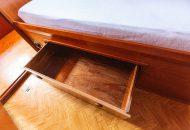 Foto van opberglade onder bed in de Valkkruiser motorboot