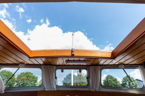 Open dak met uitzicht op blauwe lucht Valkkruiser motorboot