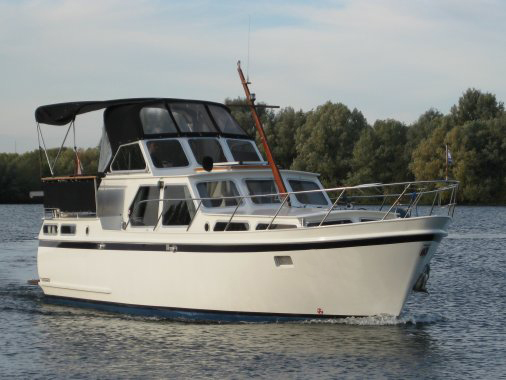 Valk Kruiser motorboot vaart over de Friese Meren