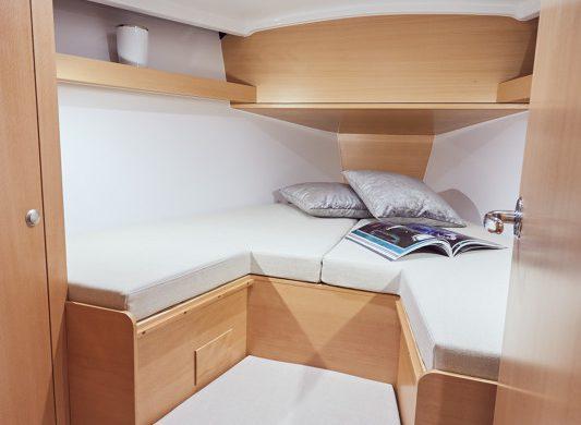 Slaapvertrek voorin Jeanneau Sun Odyssey 319 - Ottenhome Heeg